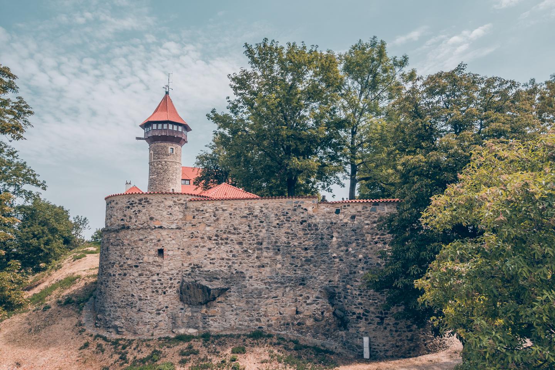 pajuska-na-cestach-most-hrad-hnevin